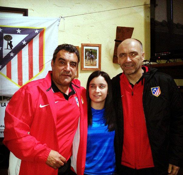 Los ex jugadores atléticos, Milinko Pantic y Quique Ramos, visitan la Peña Atlética La Zarza